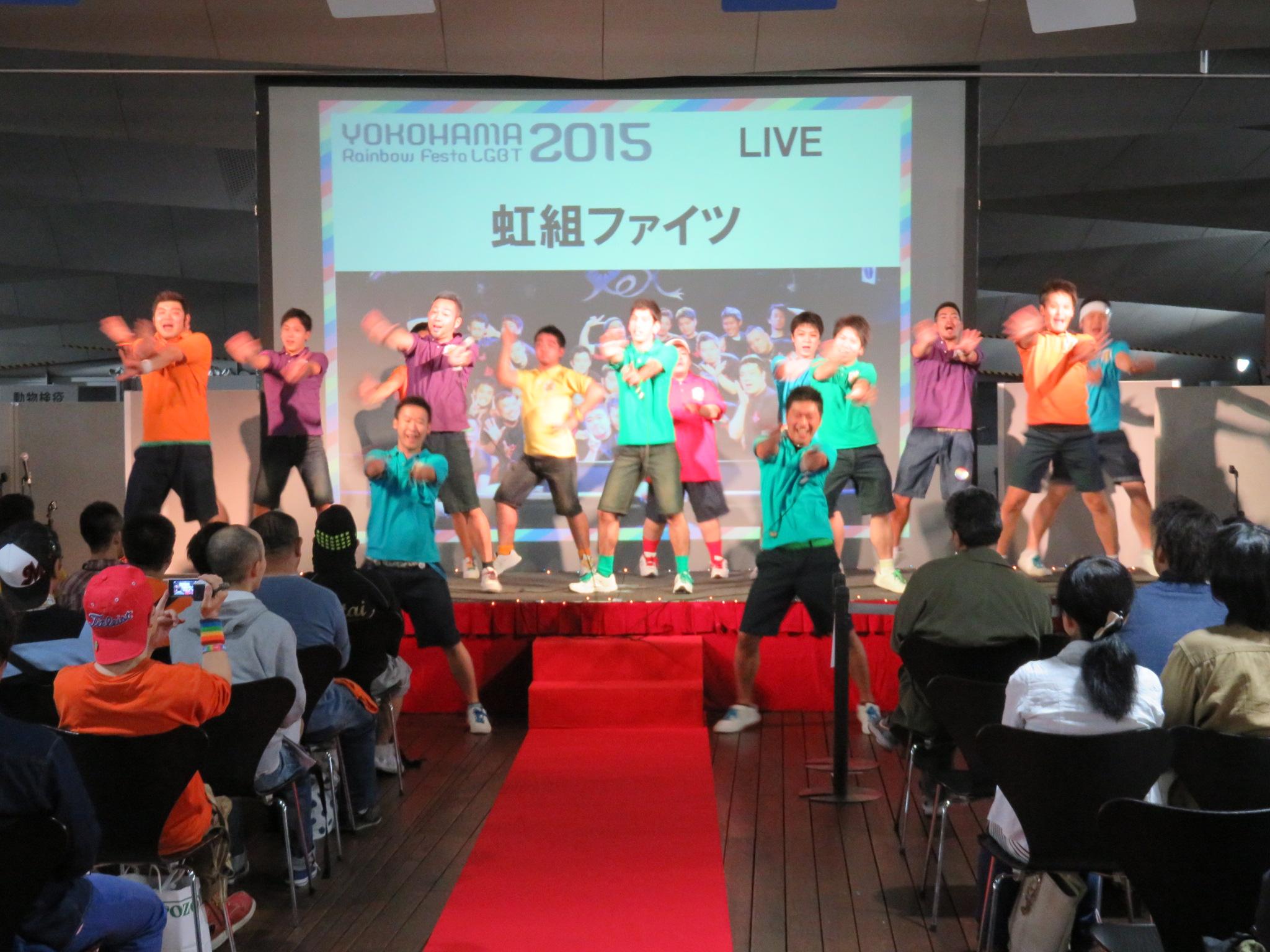 """人気者のゲイ・アイドルサークル""""虹組ファイツ""""は元気にステージを盛り上げます"""