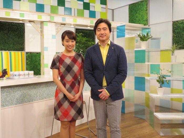 NHK「サキどり↑」スタジオにて (右)片山千恵子アナウンサー (左)ジョン・カビラさん