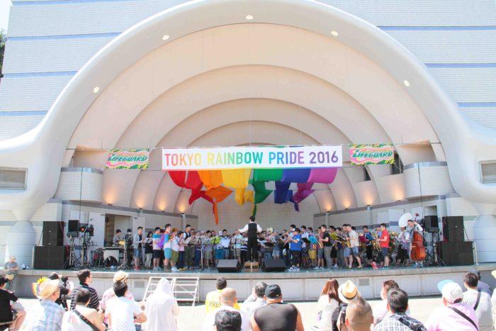 """オープニングは「""""みんな""""で、ブラス!」。参加者全員が楽器持ち込み、しかもリハーサルなしの一発勝負という、毎年恒例のステージ。 撮影:toboji"""