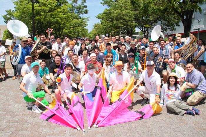 """パレードの先頭フロートを盛り上げる「""""みんな""""で、ブラス!」スタート直前に集合写真を撮影させてもらいました。 撮影:toboji"""