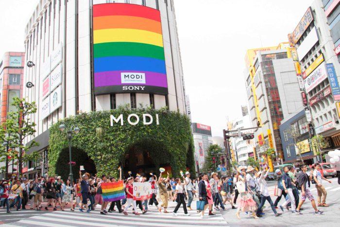 改装オープンした丸井MODIの大型ビジョンにRainbowが映し出されます。 撮影:toboji