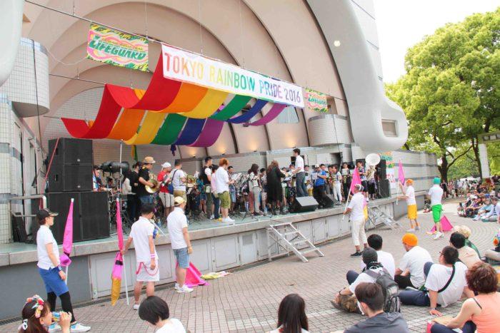 パレード帰着後はステージで演奏を続けて、帰着する参加者を迎えました。 撮影:toboji