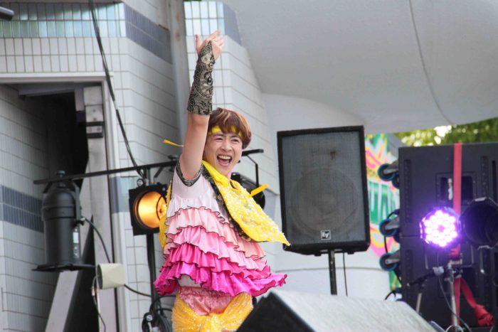 ちょいちょい、他のメンバーやファンに突っ込みをいれて笑いをとる諭吉は、まさにムードメーカー。 撮影:toboji