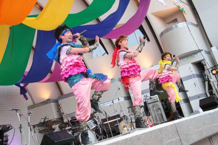 祭り囃子をアレンジした面白い曲「ハッピー♡厨毒」。この曲を知らない人も盛り上がらせるのは、祭りに反応する日本人のDNAを刺激するのでしょうか? 撮影:toboji