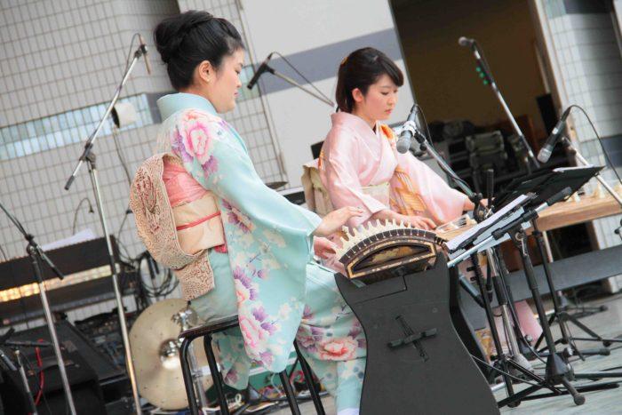 日本の魅力を表現した明日佳の琴演奏。 撮影:toboji