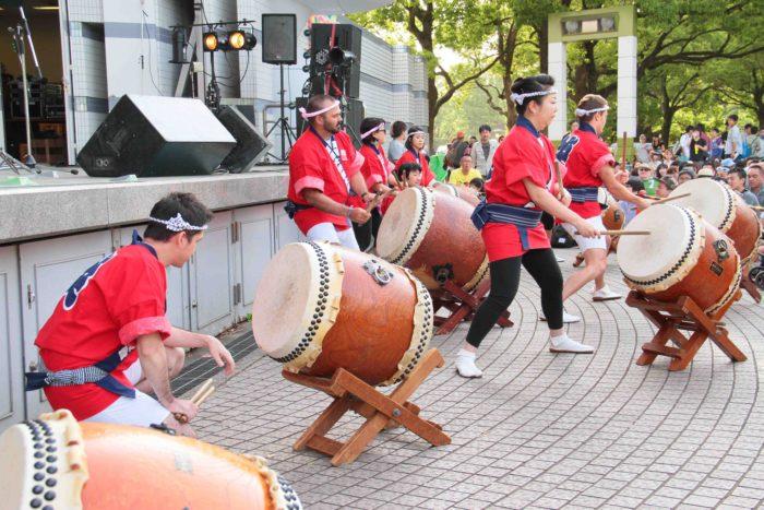 英国大使館の皆様によるポップで力強い和太鼓。 撮影:toboji