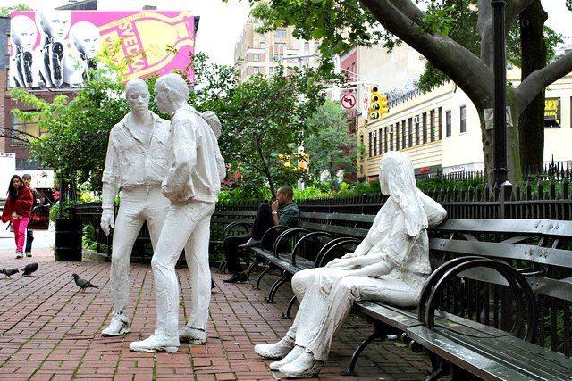 クリストファー・パークにはストーンウォールの反乱に捧げるために1980年に作られた、女性同士・男性同士のカップルの白い石膏像があります。このモニュメントは「Gay Liberation」(ジョージ・シーゲル作)と名付けられています。 ■画像引用元 https://ny-pg.com/sightseeing/gay-liberation/