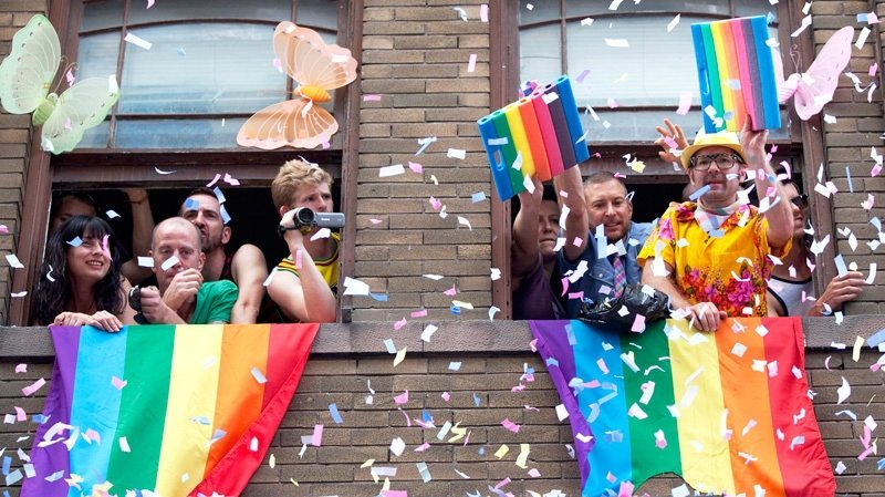 画像引用元 http://www.ctvnews.ca/canada/crowds-line-toronto-s-streets-for-32nd-annual-pride-parade-1.861437