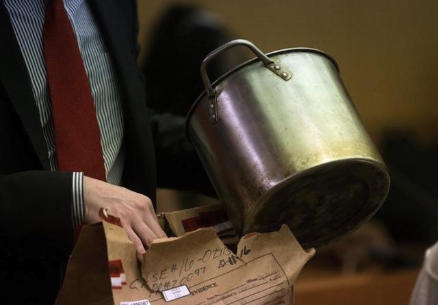 裁判で証拠として提出された水を湧かした鍋。沸騰するまでの間、容疑者は何を考えていたのだろう? 画像引用元 http://www.nydailynews.com/news/crime/ga-man-sentenced-40-years-pouring-boiling-water-gay-men-article-1.2764602