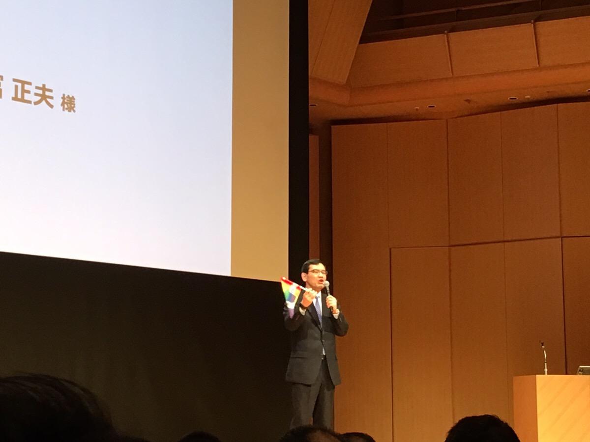 若手社員が製作したレインボーフラッグを紹介する武富氏