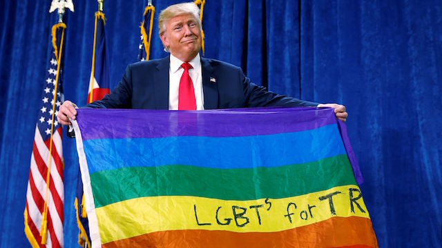 画像引用元 http://qz.com/823649/donald-trump-unfurled-a-rainbow-flag-with-lgbt-written-on-it-at-a-rally-in-greeley-colorado-to-express-his-so-called-support/