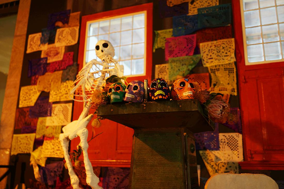 メキシコのお祭りの骸骨が飾られる