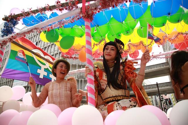 フロートには、オープンリー・レズビアンのタレント/文筆家の牧村朝子さん(左)と、ステージ司会のアロム奈美恵さん(右)の姿も。