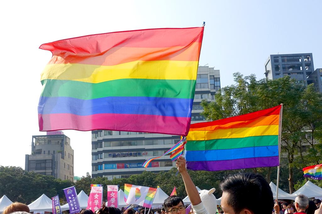 台中LGBTプライドに掲げられるレインボーフラッグ