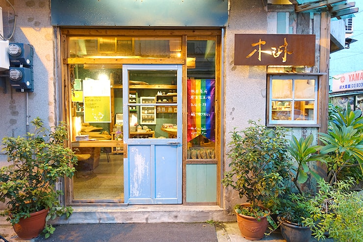 台湾・花蓮のレインボーフラッグを掲げるカフェ