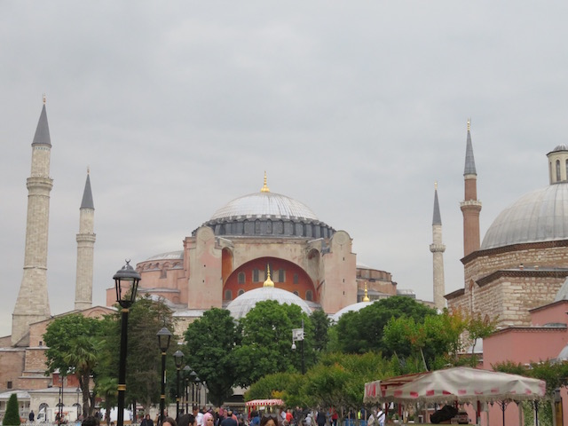 1500年前に建てられたアヤ・ソフィアは、最初はキリスト教の聖堂として、後にイスラム教のモスクとなり、現在は博物館担っています。