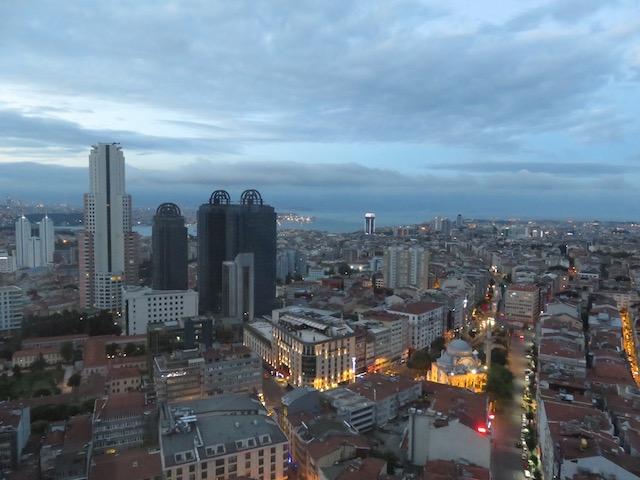 夜明け直前のイスタンブールの街並み