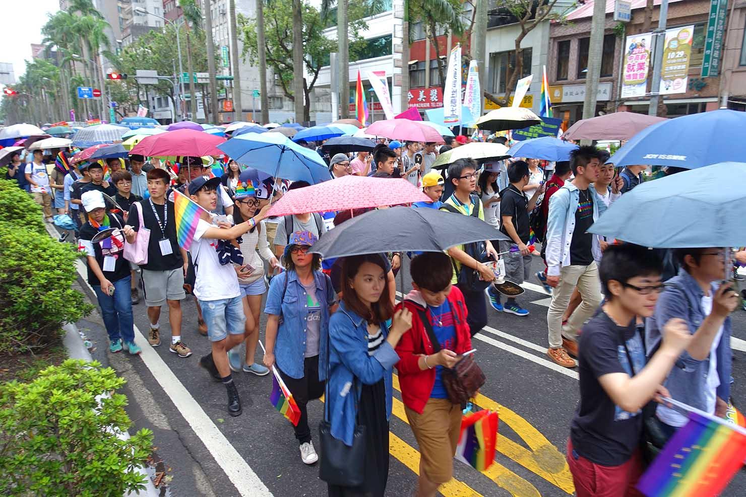 2016台灣同志遊行で傘を指しながら歩く参加者たち(撮影:Kazuki Mae)