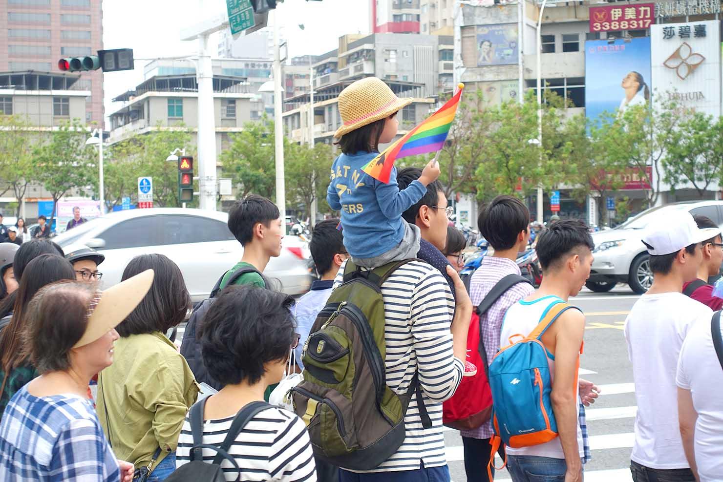 2017高雄同志大遊行でレインボーフラッグを持って歩く親子